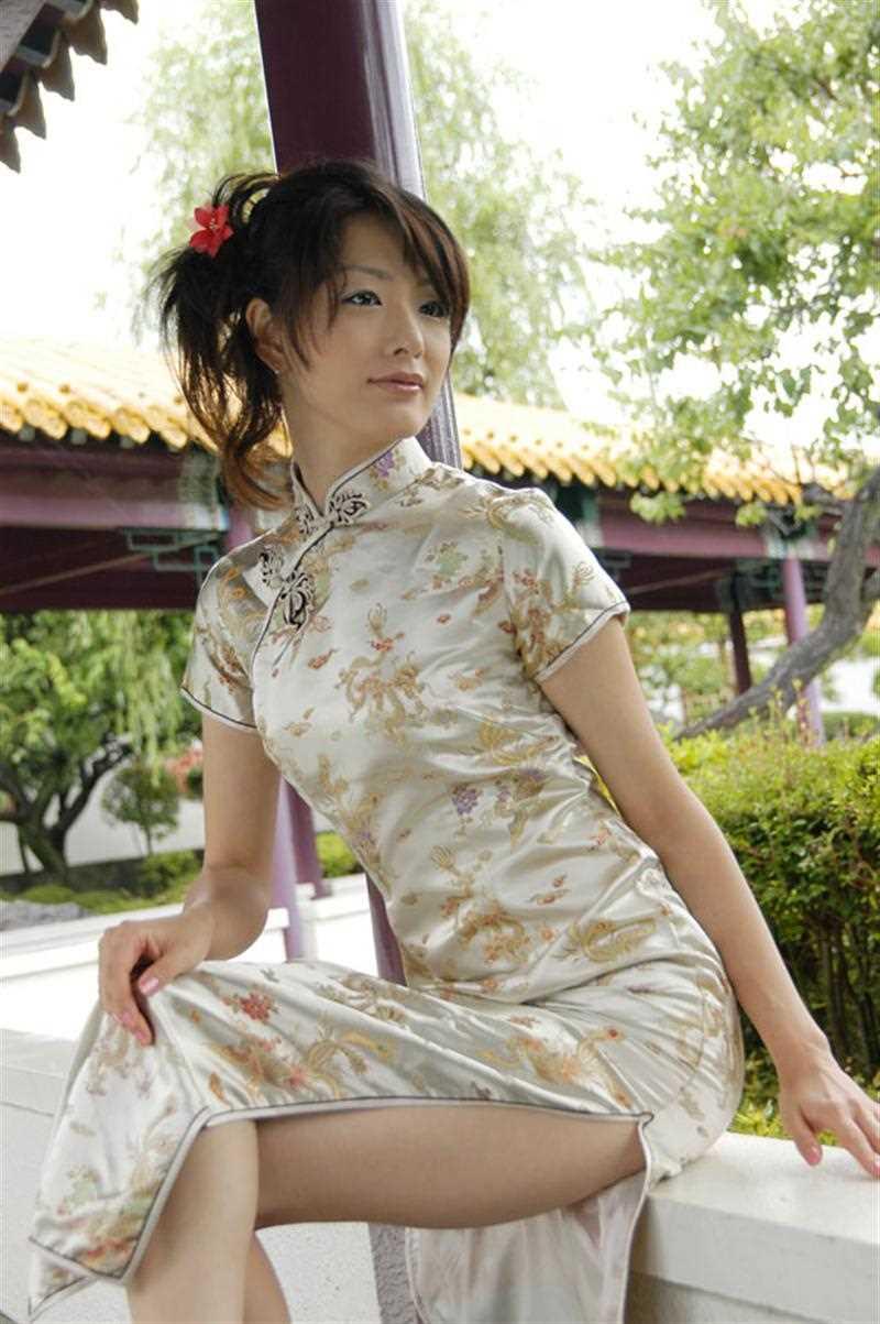 【チャイナドレスエロ画像】チャイナドレスのスリッドから見えるムチムチの太ももに大興奮しガン見!スケベすぎるチャイナドレスを着ている女の子の画像を集めました。 09