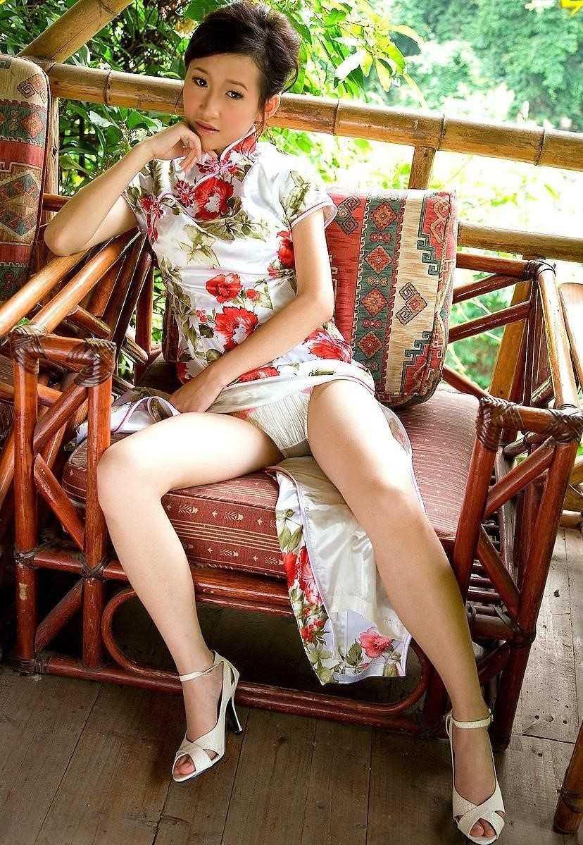 【チャイナドレスエロ画像】チャイナドレスのスリッドから見えるムチムチの太ももに大興奮しガン見!スケベすぎるチャイナドレスを着ている女の子の画像を集めました。 24