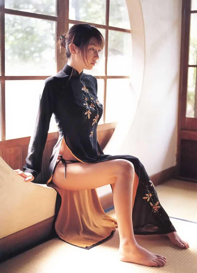 【チャイナドレスエロ画像】チャイナドレスのスリッドから見えるムチムチの太ももに大興奮しガン見!スケベすぎるチャイナドレスを着ている女の子の画像を集めました。 25