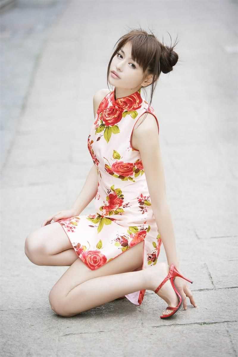 【チャイナドレスエロ画像】チャイナドレスのスリッドから見えるムチムチの太ももに大興奮しガン見!スケベすぎるチャイナドレスを着ている女の子の画像を集めました。 29