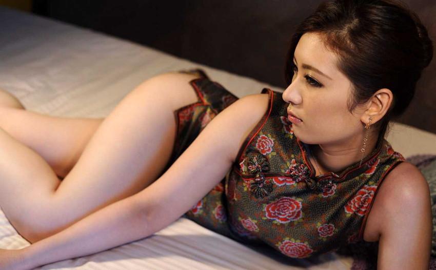 【チャイナドレスエロ画像】チャイナドレスのスリッドから見えるムチムチの太ももに大興奮しガン見!スケベすぎるチャイナドレスを着ている女の子の画像を集めました。 30