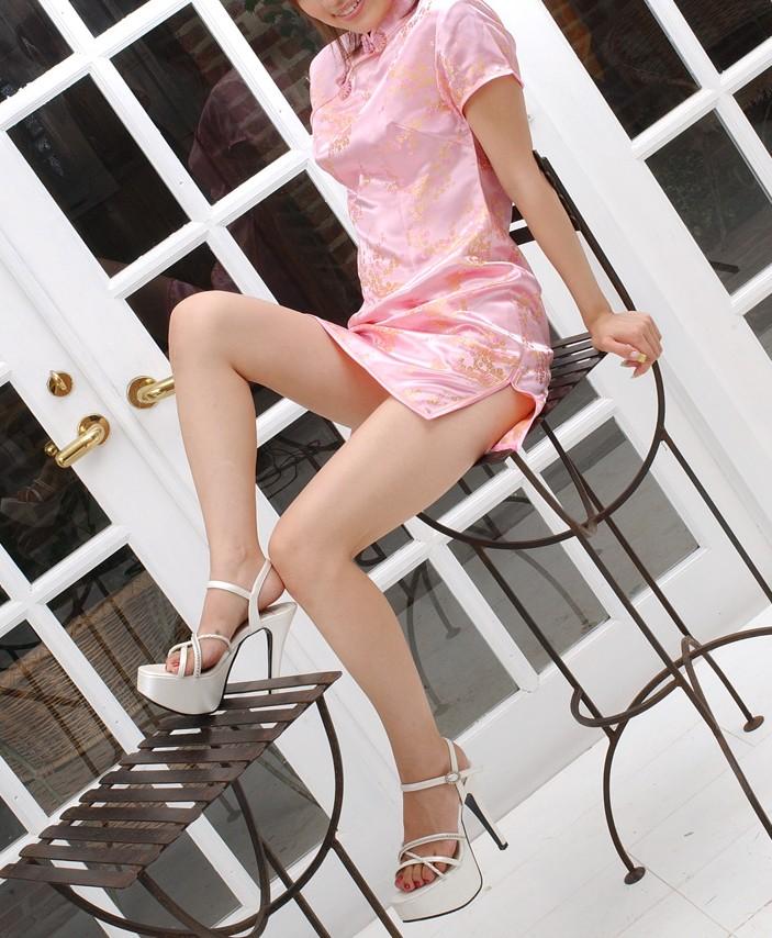 【チャイナドレスエロ画像】チャイナドレスのスリッドから見えるムチムチの太ももに大興奮しガン見!スケベすぎるチャイナドレスを着ている女の子の画像を集めました。 37