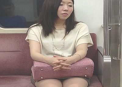電車内でふとももに目が行くと降りるまで見続けちゃうよなwwwwwwwww
