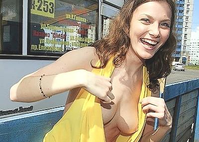 白人女性の胸チラ画像は袖口や胸元がゆるゆるで乳首丸見え