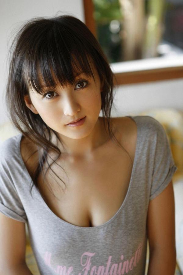 【グラビアエロ画像】岩手の色白美人、小松彩夏のDカップ過激グラビア!