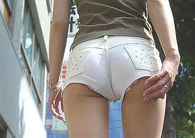 【盗撮エロ画像】ホットパンツやショートパンツからパンツやお尻がはみ出している、素人の女の子をを盗撮!