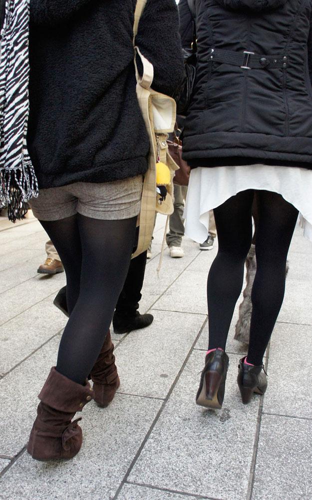 【黒タイツエロ画像】素人女性の黒タイツ姿がめちゃシコれるw街中や電車でこっそり盗撮しちゃいましたw 04