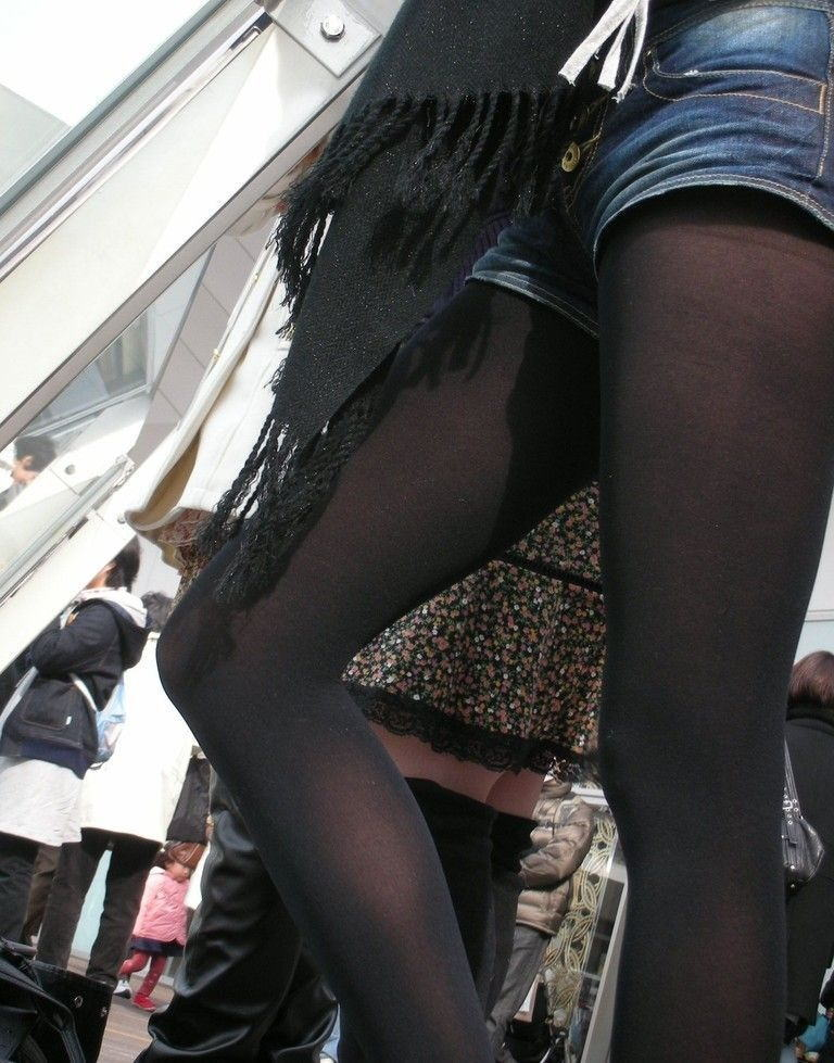 【黒タイツエロ画像】素人女性の黒タイツ姿がめちゃシコれるw街中や電車でこっそり盗撮しちゃいましたw 05