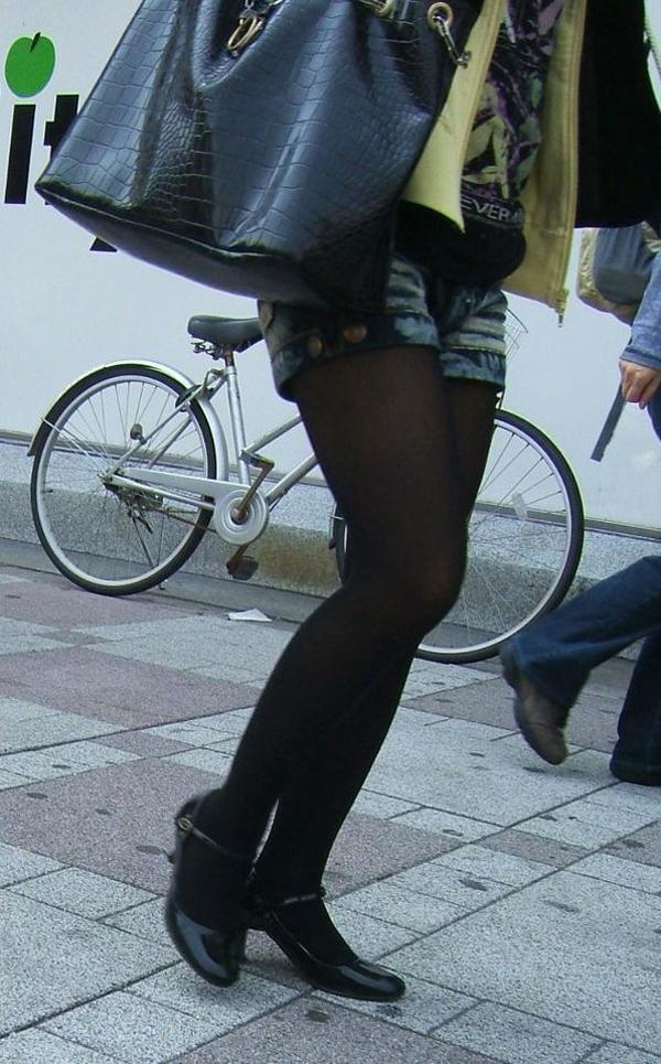 【黒タイツエロ画像】素人女性の黒タイツ姿がめちゃシコれるw街中や電車でこっそり盗撮しちゃいましたw 07