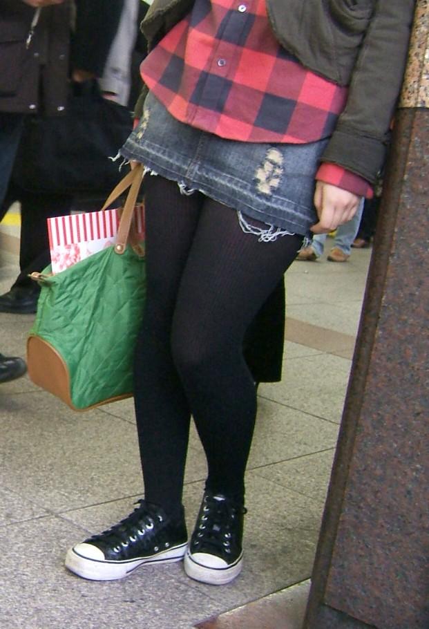 【黒タイツエロ画像】素人女性の黒タイツ姿がめちゃシコれるw街中や電車でこっそり盗撮しちゃいましたw 12