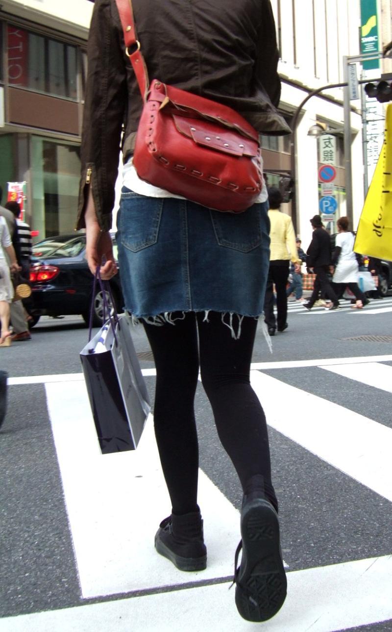 【黒タイツエロ画像】素人女性の黒タイツ姿がめちゃシコれるw街中や電車でこっそり盗撮しちゃいましたw 15