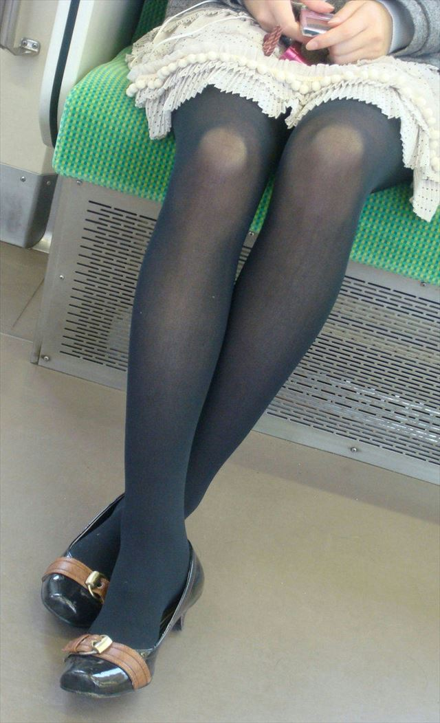 【黒タイツエロ画像】素人女性の黒タイツ姿がめちゃシコれるw街中や電車でこっそり盗撮しちゃいましたw 17