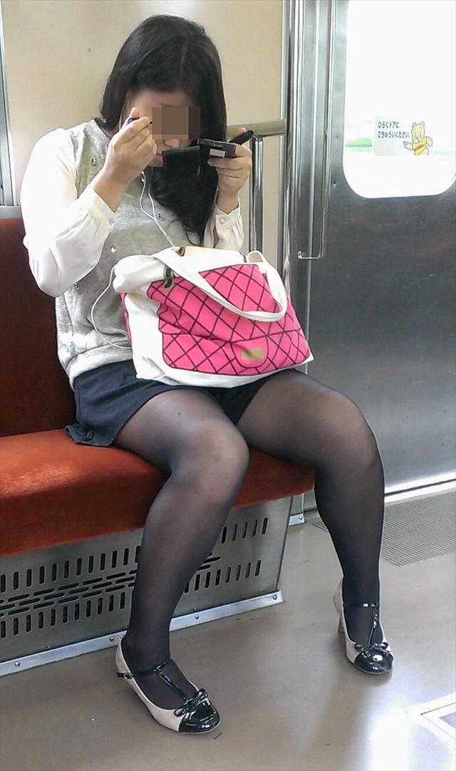 【黒タイツエロ画像】素人女性の黒タイツ姿がめちゃシコれるw街中や電車でこっそり盗撮しちゃいましたw 18