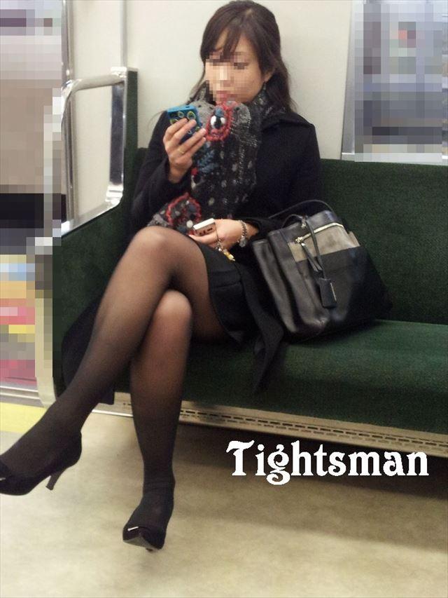 【黒タイツエロ画像】素人女性の黒タイツ姿がめちゃシコれるw街中や電車でこっそり盗撮しちゃいましたw 19