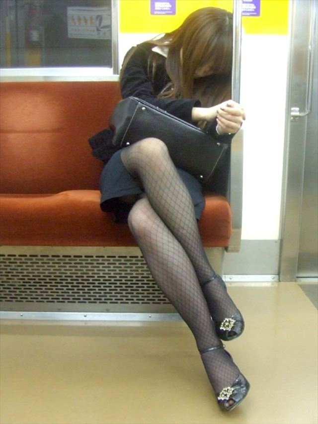 【黒タイツエロ画像】素人女性の黒タイツ姿がめちゃシコれるw街中や電車でこっそり盗撮しちゃいましたw 22