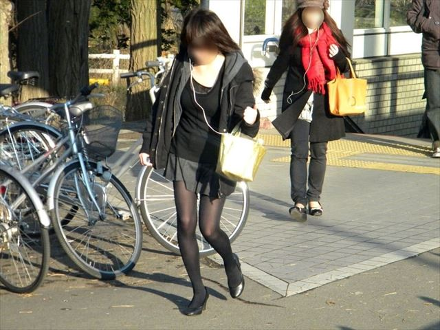 【黒タイツエロ画像】素人女性の黒タイツ姿がめちゃシコれるw街中や電車でこっそり盗撮しちゃいましたw 25
