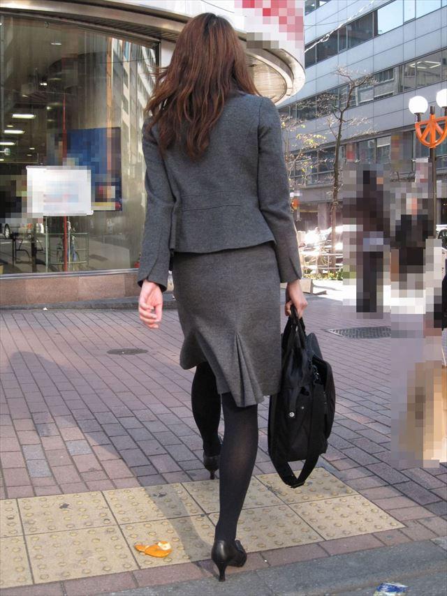 【黒タイツエロ画像】素人女性の黒タイツ姿がめちゃシコれるw街中や電車でこっそり盗撮しちゃいましたw 27
