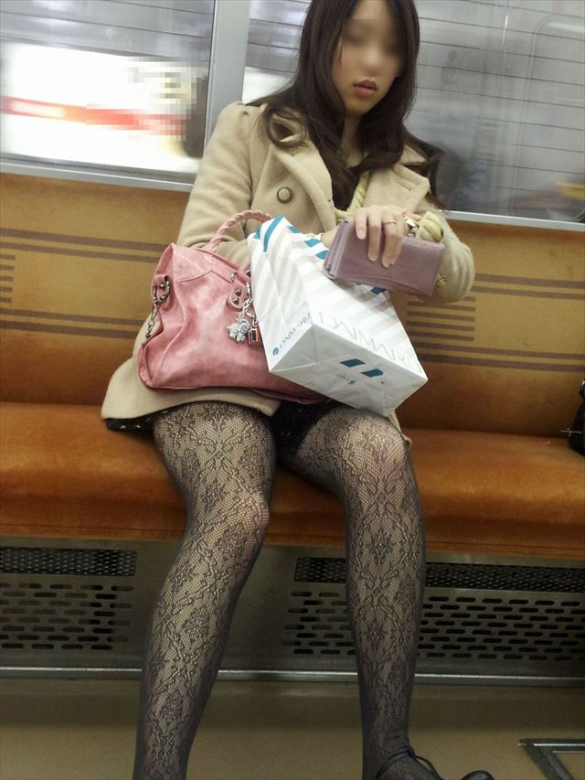 【黒タイツエロ画像】素人女性の黒タイツ姿がめちゃシコれるw街中や電車でこっそり盗撮しちゃいましたw 30