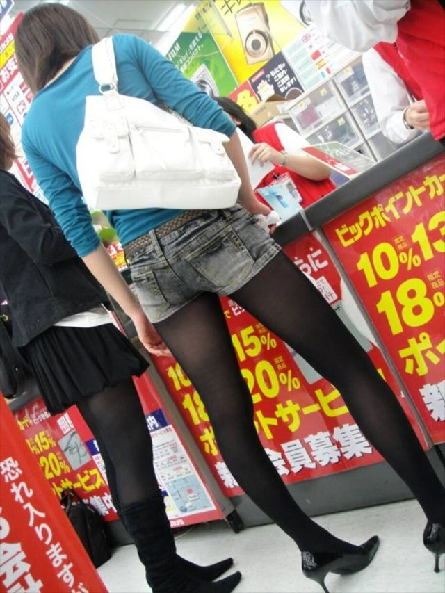 【黒タイツエロ画像】素人女性の黒タイツ姿がめちゃシコれるw街中や電車でこっそり盗撮しちゃいましたw 31