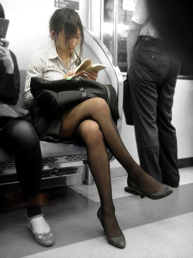 【黒タイツエロ画像】素人女性の黒タイツ姿がめちゃシコれるw街中や電車でこっそり盗撮しちゃいましたw 34