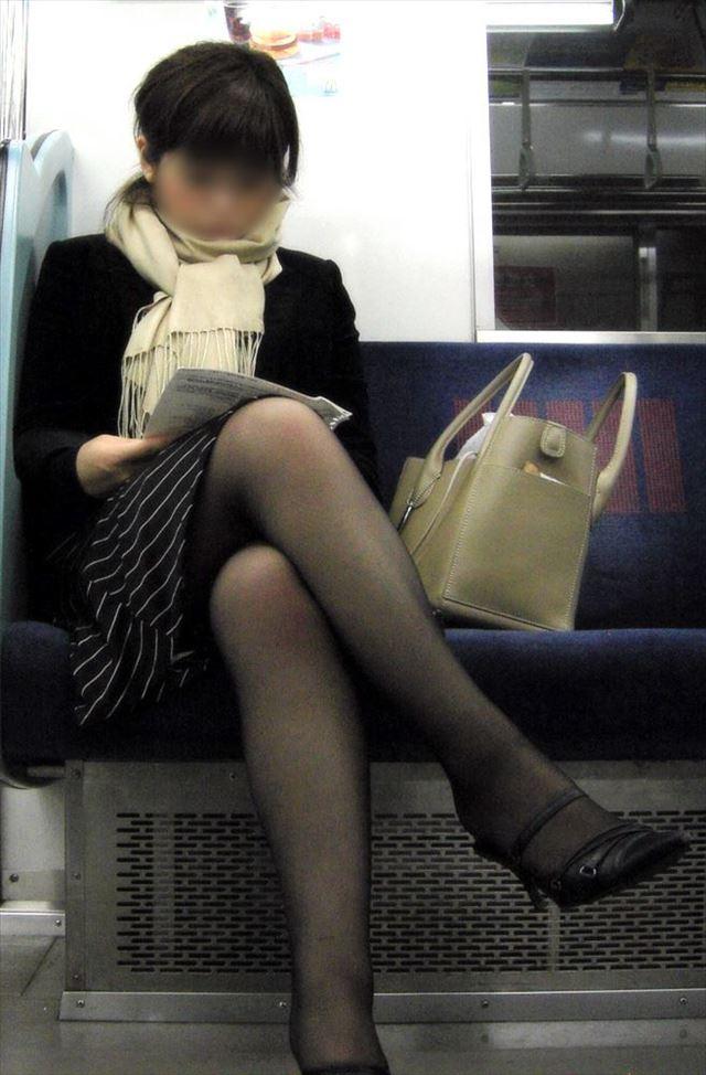 【黒タイツエロ画像】素人女性の黒タイツ姿がめちゃシコれるw街中や電車でこっそり盗撮しちゃいましたw 35