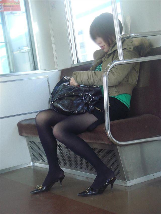 【黒タイツエロ画像】素人女性の黒タイツ姿がめちゃシコれるw街中や電車でこっそり盗撮しちゃいましたw 36