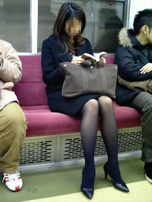 【黒タイツエロ画像】素人女性の黒タイツ姿がめちゃシコれるw街中や電車でこっそり盗撮しちゃいましたw 38