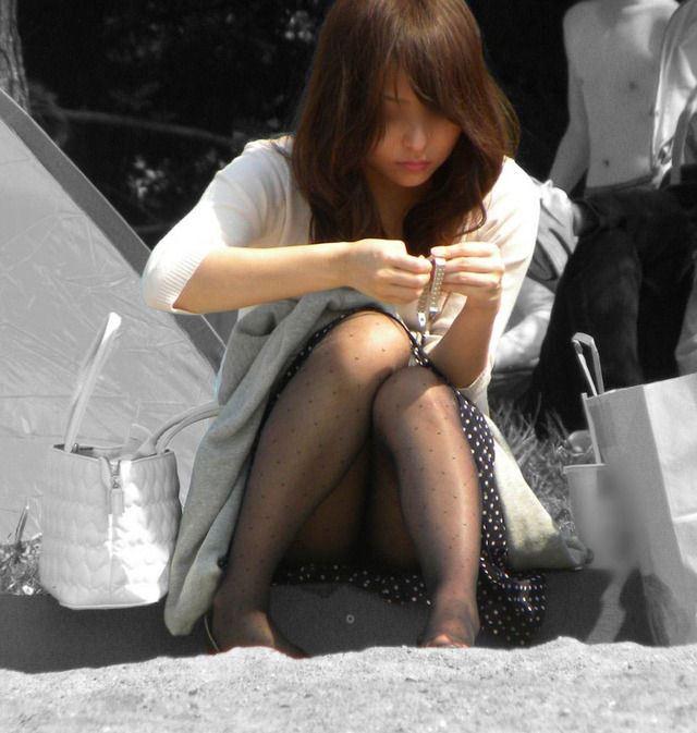 【黒タイツエロ画像】素人女性の黒タイツ姿がめちゃシコれるw街中や電車でこっそり盗撮しちゃいましたw 45