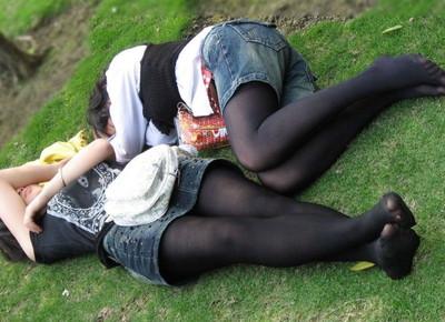 【黒タイツエロ画像】素人女性の黒タイツ姿がめちゃシコれるw街中や電車でこっそり盗撮しちゃいましたw 02