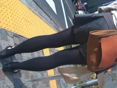 【黒タイツエロ画像】素人女性の黒タイツ姿がめちゃシコれるw街中や電車でこっそり盗撮しちゃいましたw 03