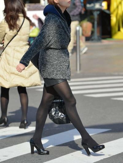 【黒タイツエロ画像】素人女性の黒タイツ姿がめちゃシコれるw街中や電車でこっそり盗撮しちゃいましたw 06