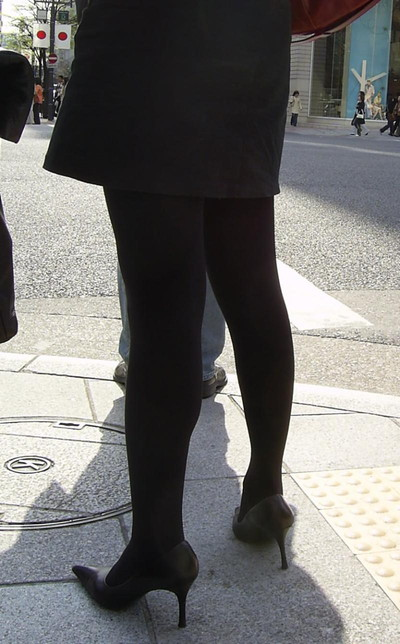 【黒タイツエロ画像】素人女性の黒タイツ姿がめちゃシコれるw街中や電車でこっそり盗撮しちゃいましたw 11