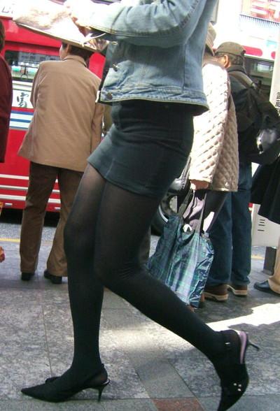 【黒タイツエロ画像】素人女性の黒タイツ姿がめちゃシコれるw街中や電車でこっそり盗撮しちゃいましたw 13
