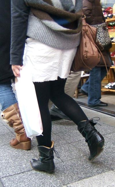 【黒タイツエロ画像】素人女性の黒タイツ姿がめちゃシコれるw街中や電車でこっそり盗撮しちゃいましたw 14