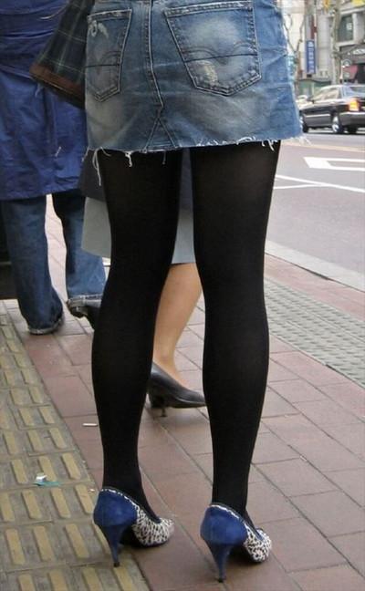 【黒タイツエロ画像】素人女性の黒タイツ姿がめちゃシコれるw街中や電車でこっそり盗撮しちゃいましたw 24