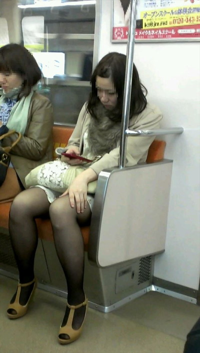 【黒タイツエロ画像】素人女性の黒タイツ姿がめちゃシコれるw街中や電車でこっそり盗撮しちゃいましたw 29