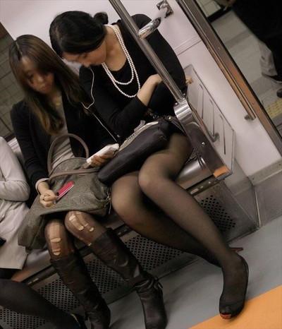 【黒タイツエロ画像】素人女性の黒タイツ姿がめちゃシコれるw街中や電車でこっそり盗撮しちゃいましたw 37