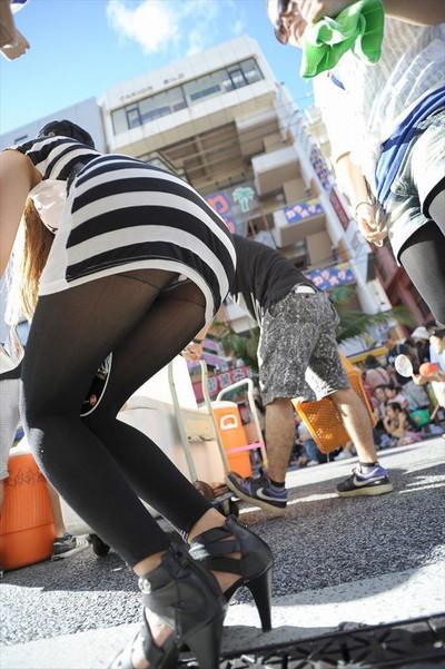 【黒タイツエロ画像】素人女性の黒タイツ姿がめちゃシコれるw街中や電車でこっそり盗撮しちゃいましたw 41
