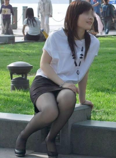 【黒タイツエロ画像】素人女性の黒タイツ姿がめちゃシコれるw街中や電車でこっそり盗撮しちゃいましたw 44