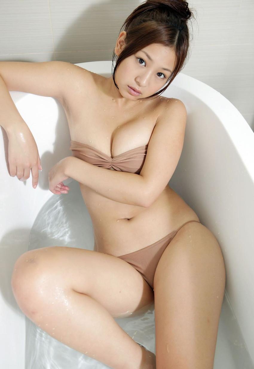 【グラビアエロ画像】ドロリッチガール佐山彩香のFカップ軟乳が最高すぎるw 10