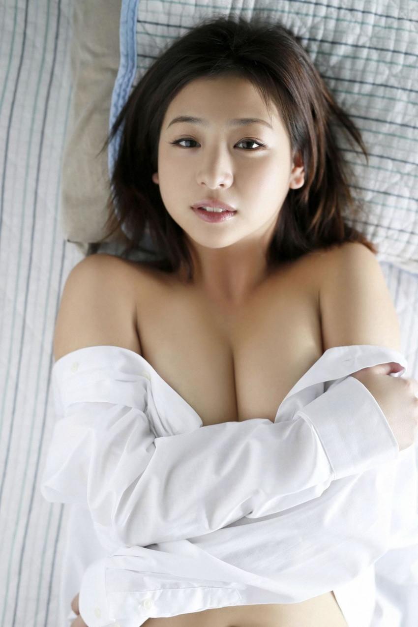 【グラビアエロ画像】ドロリッチガール佐山彩香のFカップ軟乳が最高すぎるw 32