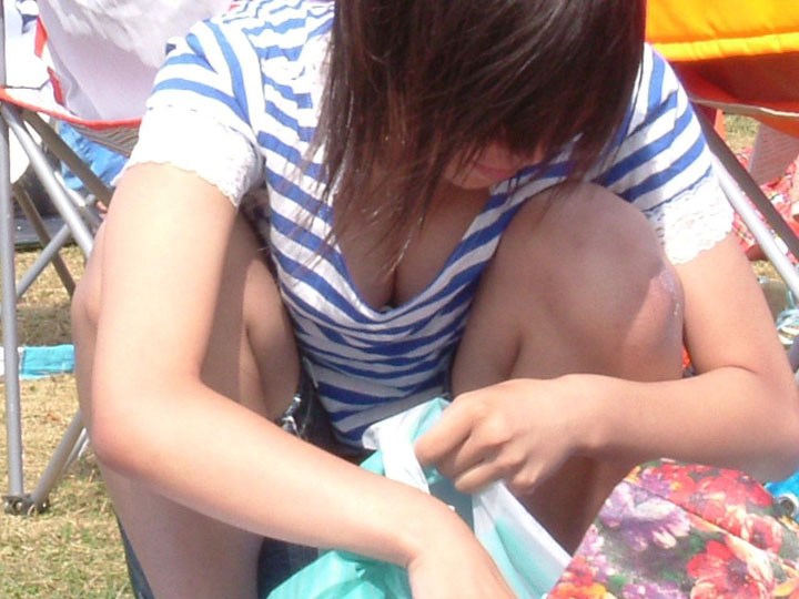 【胸チラエロ画像】素人女性の胸チラをこっそりと盗撮w意外と美乳が多くて勃起不可避wwww 02