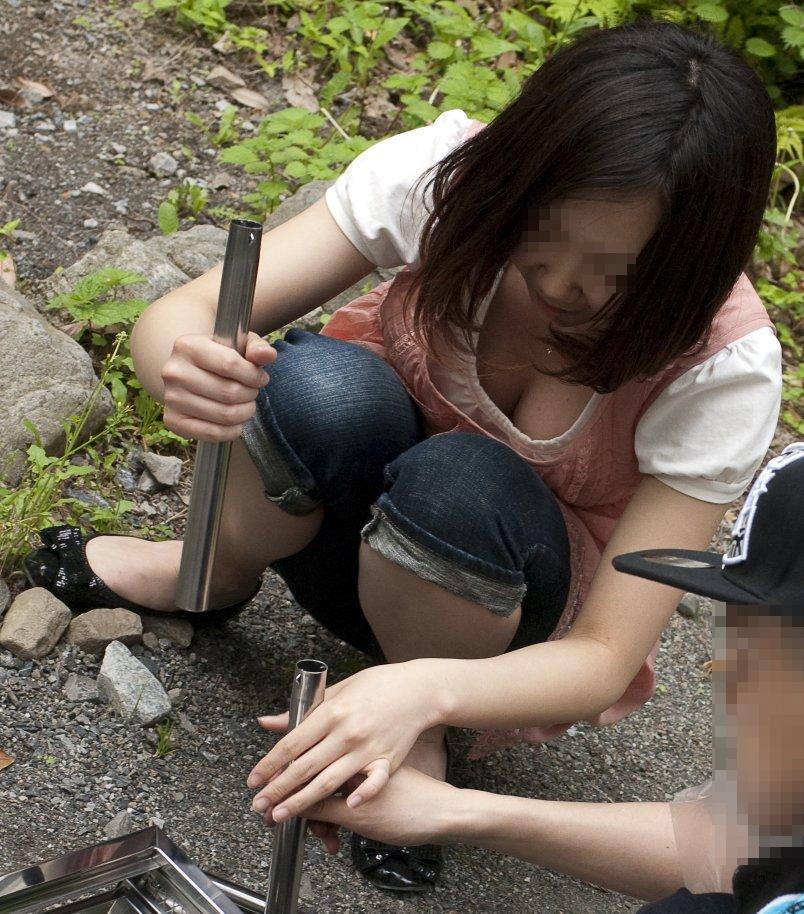 【胸チラエロ画像】素人女性の胸チラをこっそりと盗撮w意外と美乳が多くて勃起不可避wwww 03