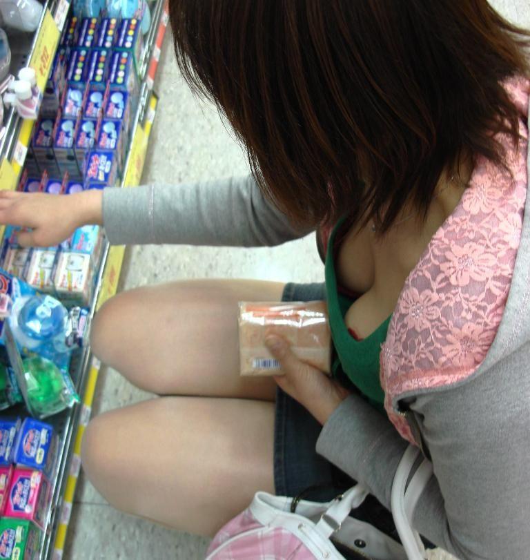 【胸チラエロ画像】素人女性の胸チラをこっそりと盗撮w意外と美乳が多くて勃起不可避wwww 08