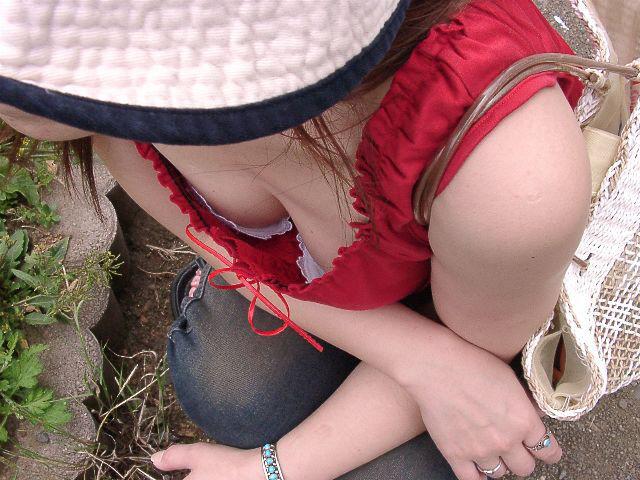 【胸チラエロ画像】素人女性の胸チラをこっそりと盗撮w意外と美乳が多くて勃起不可避wwww 11