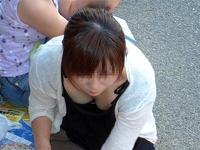 【胸チラエロ画像】素人女性の胸チラをこっそりと盗撮w意外と美乳が多くて勃起不可避wwww 16