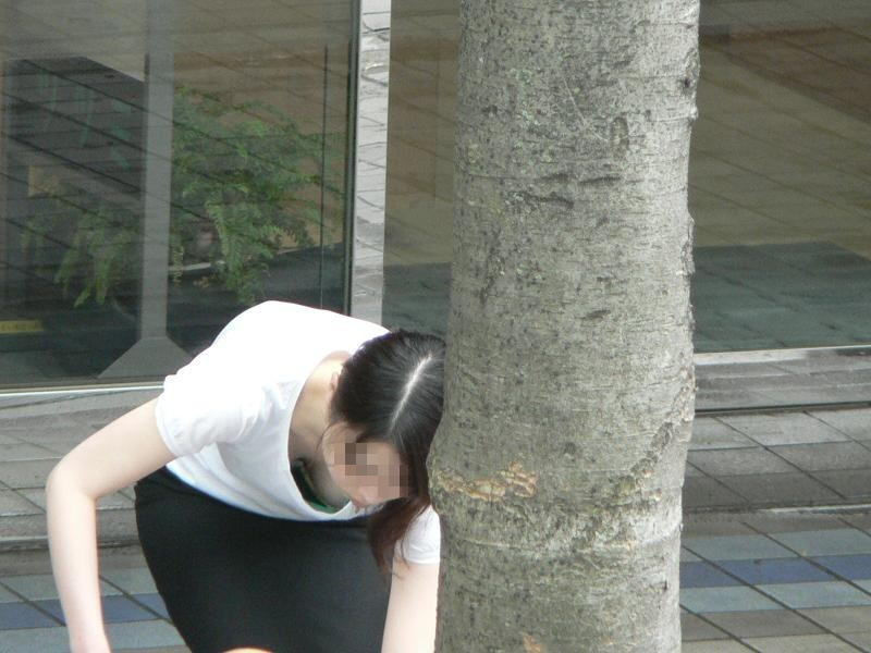 【胸チラエロ画像】素人女性の胸チラをこっそりと盗撮w意外と美乳が多くて勃起不可避wwww 17