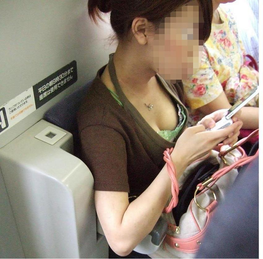 【胸チラエロ画像】素人女性の胸チラをこっそりと盗撮w意外と美乳が多くて勃起不可避wwww 24