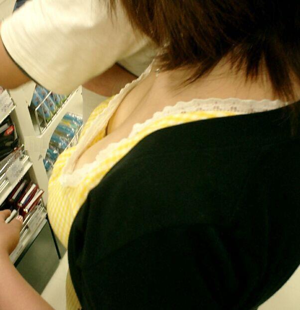 【胸チラエロ画像】素人女性の胸チラをこっそりと盗撮w意外と美乳が多くて勃起不可避wwww 26