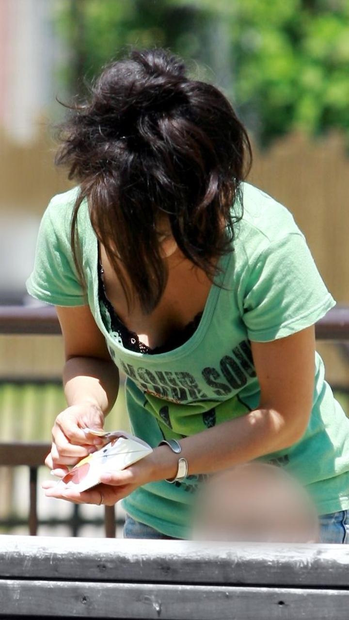 【胸チラエロ画像】素人女性の胸チラをこっそりと盗撮w意外と美乳が多くて勃起不可避wwww 35